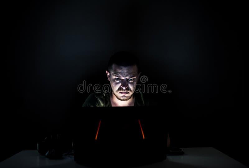 Verärgerter Internetnutzer in der Dunkelheit lizenzfreie stockbilder