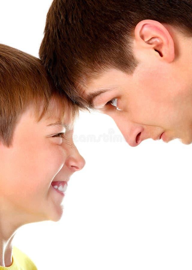 Verärgerter Jugendlicher und Kind stockfotos