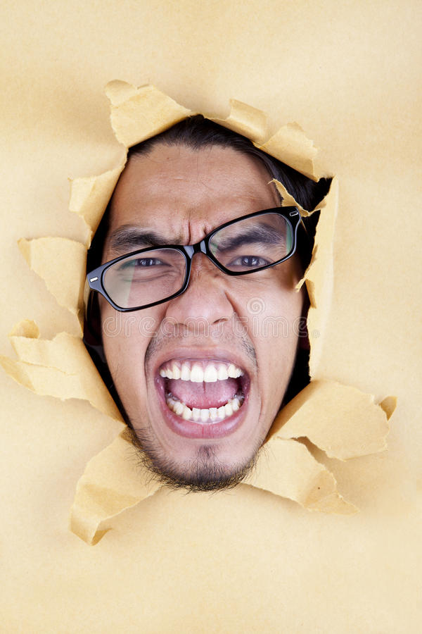 Verärgerter junger Mann mit Gläsern lizenzfreie stockbilder