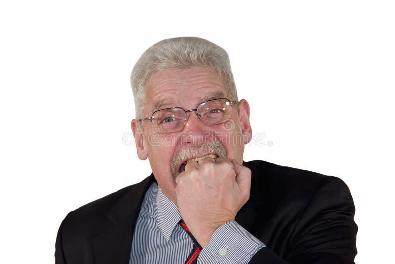 Verärgerter kaukasischer Senior Manager, der in Faust beißt lizenzfreie stockfotografie