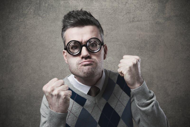 Verärgerter Kerl mit den Fäusten angehoben stockfotografie
