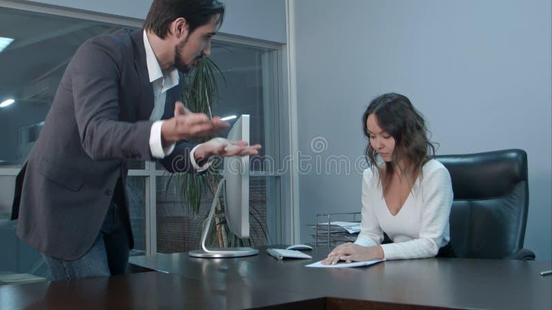Verärgerter lateinischer zu seinem Kollegen kommender und schreiender Geschäftsmann stockfoto
