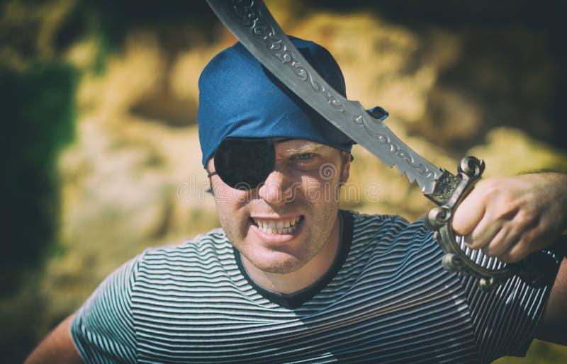 Verärgerter männlicher Pirat mit Klinge lizenzfreie stockbilder