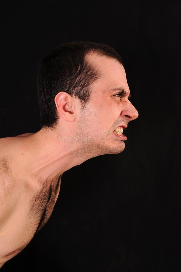 Verärgerter Mann auf schwarzem Hintergrund lizenzfreie stockbilder