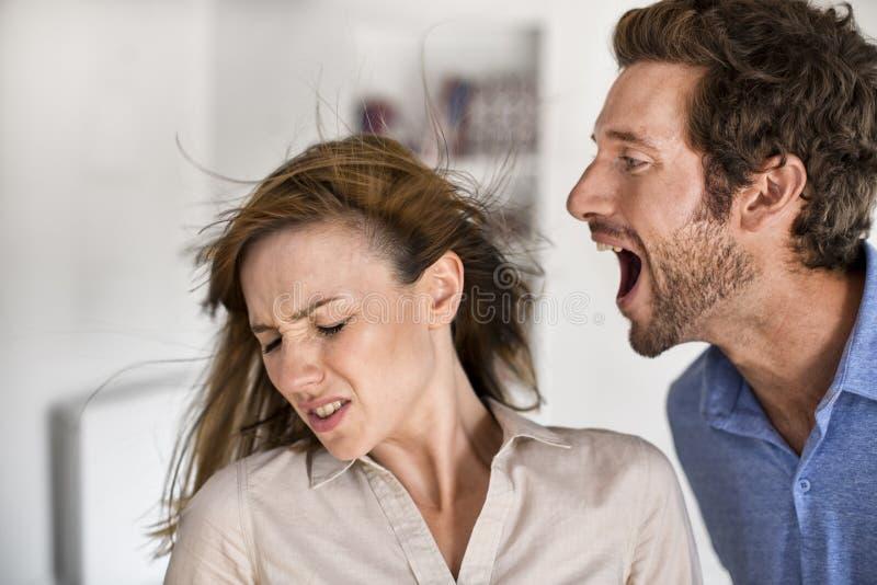 Verärgerter Mann, der an seiner Frau schreit lizenzfreies stockbild