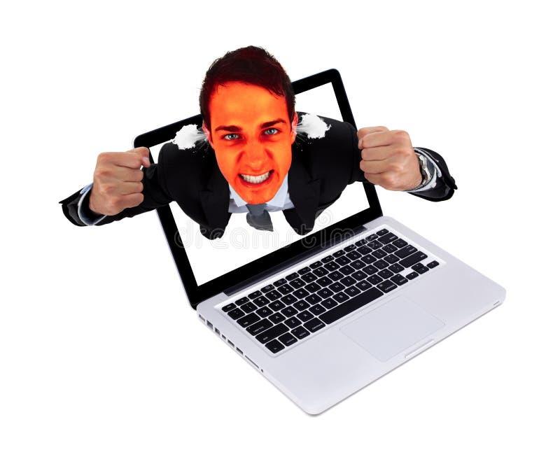 Verärgerter Mann, der vom Laptop herauskommt stockfotografie