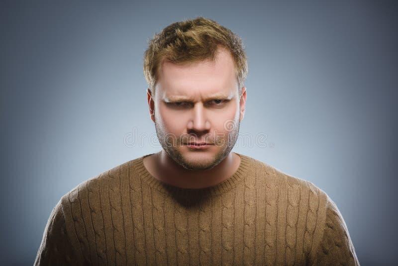 Verärgerter Mann lokalisiert auf grauem Hintergrund nahaufnahme stockfotos