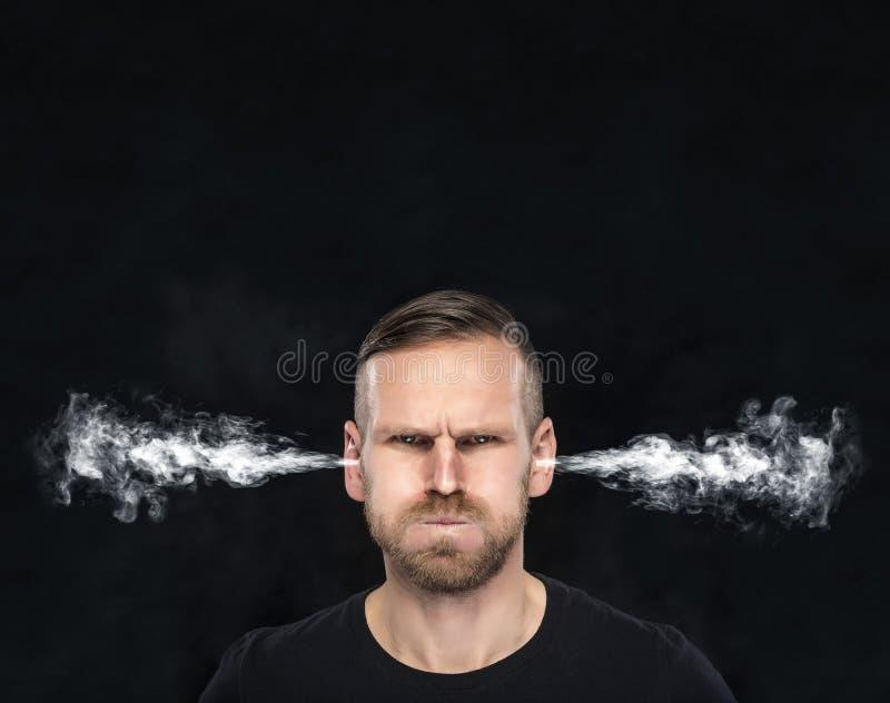 Verärgerter Mann mit dem Rauche, der von seinen Ohren herauskommt lizenzfreies stockfoto