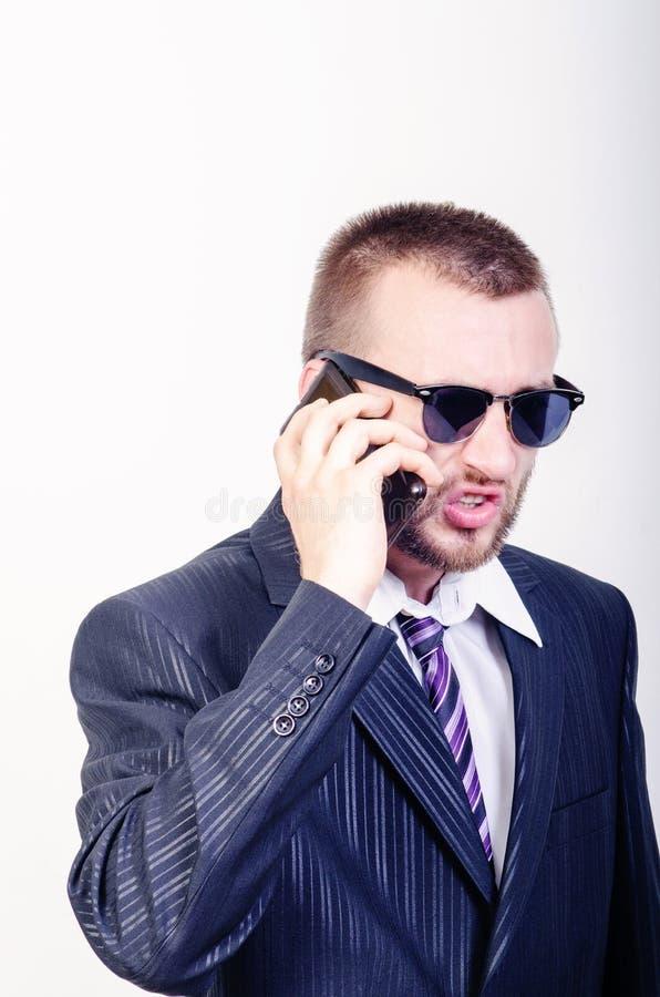 Verärgerter Mann mit Telefon stockbilder