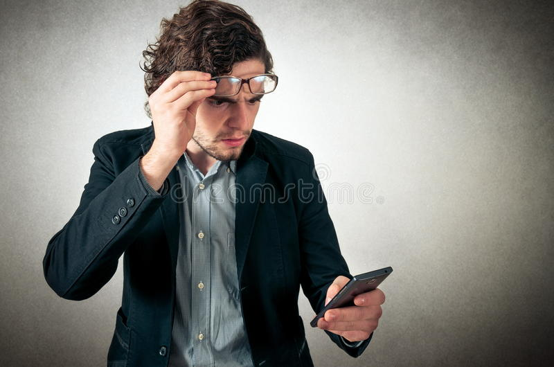 Verärgerter Mann am Telefon lizenzfreies stockbild