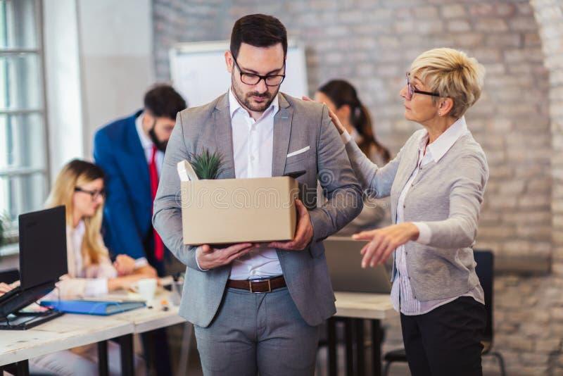 Verärgerter strenger unbefriedigter abfeuernder männlicher inkompetenter Angestellter des weiblichen Chefs lizenzfreie stockfotos
