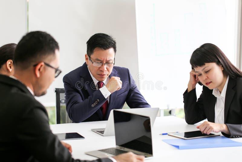 Verärgerter unbefriedigter älterer Geschäftsmann Asien, das Communicatio trifft lizenzfreies stockbild