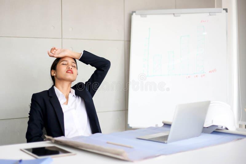 Verärgerter unbefriedigter schöner Geschäftsfrausekretär Asien Meeti lizenzfreies stockfoto