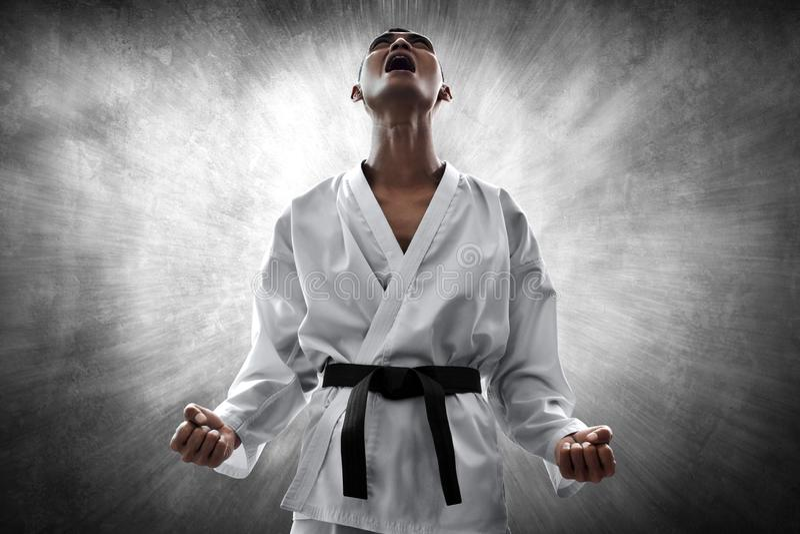 Verärgerter und schreiender Kampfkunstkämpfer stockbild