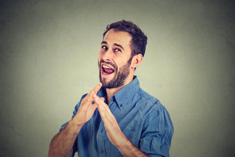 Verärgerter wütender, wütender Mann, der Hände im Luftangriff mit Karatehieb anhebt lizenzfreie stockbilder