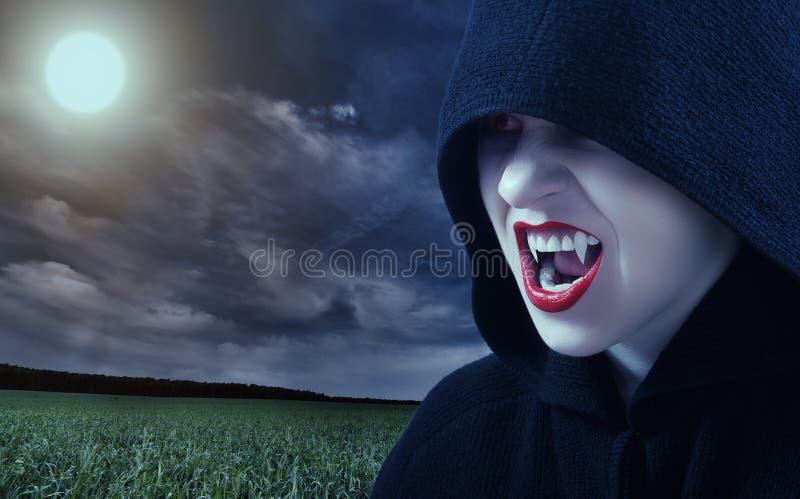 Verärgerter weiblicher Vampir am Sonnenuntergang stockbild