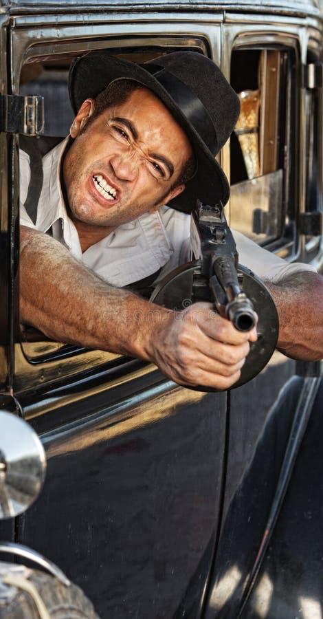 Verärgertes Gangster-Schießen-Gewehr stockfoto
