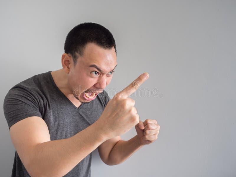 Verärgertes Gesicht des asiatischen Mannporträts lizenzfreies stockfoto
