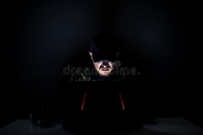 Verärgertes Internet in der Dunkelheit stockfoto