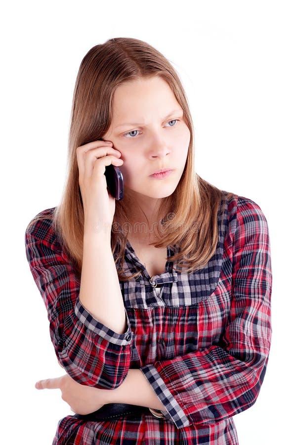 Verärgertes jugendlich Mädchen, das am Handy spricht stockfotos