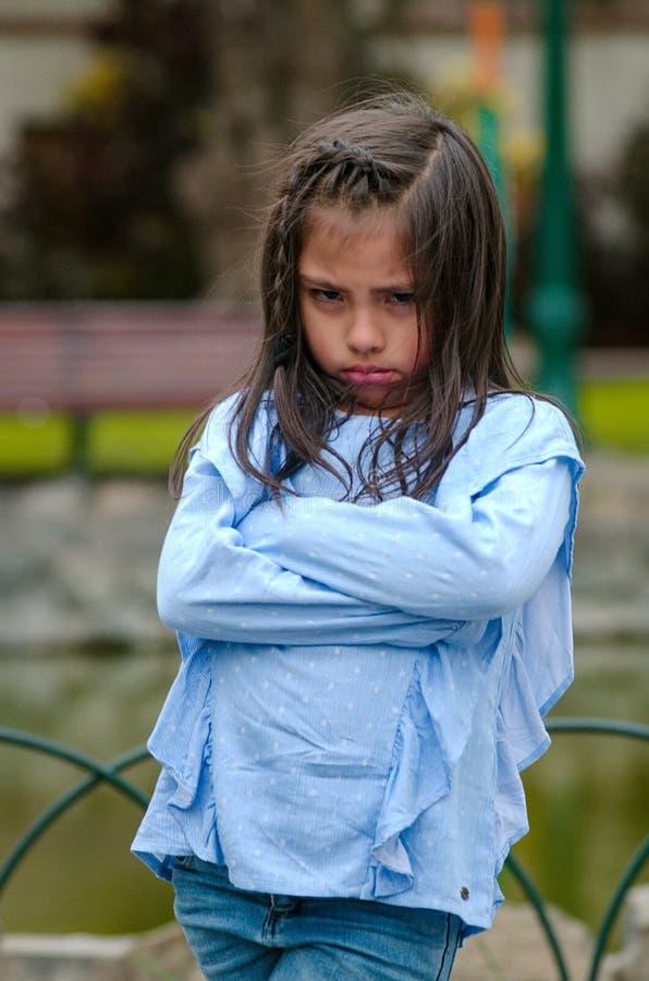 Verärgertes kleines Mädchen, das Frustration und Widerspruch zeigt stockbild