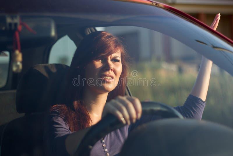 Verärgertes Mädchen im Auto stockfoto