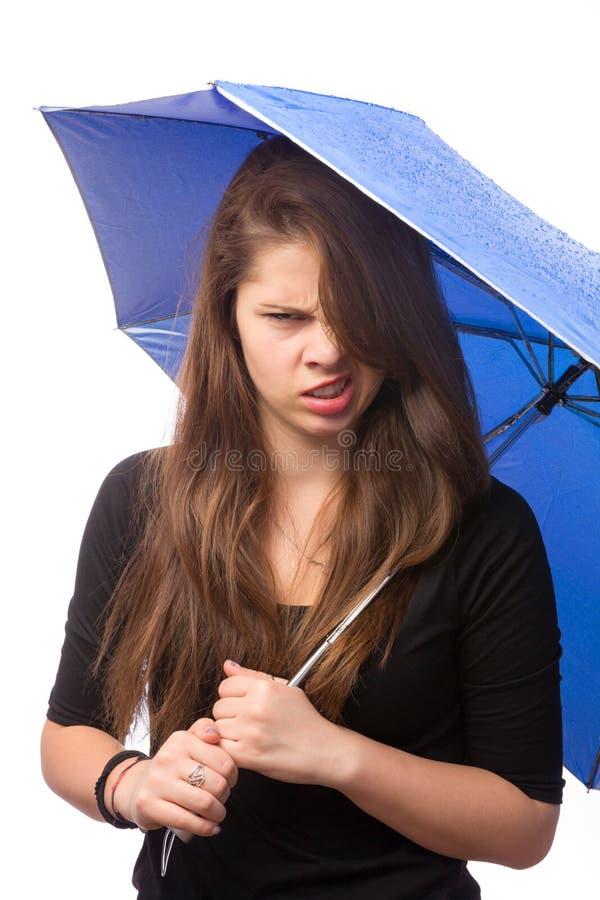 Verärgertes Mädchen mit Regenschirm stockfotografie