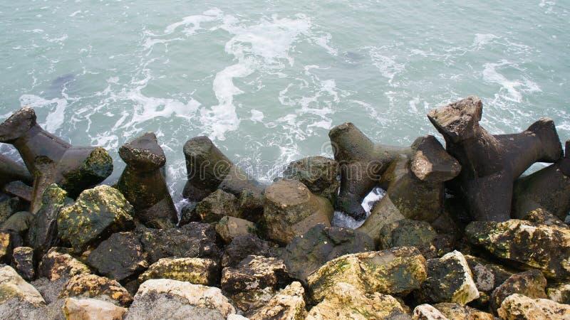 Verärgertes Meer und große Felsen stockfoto