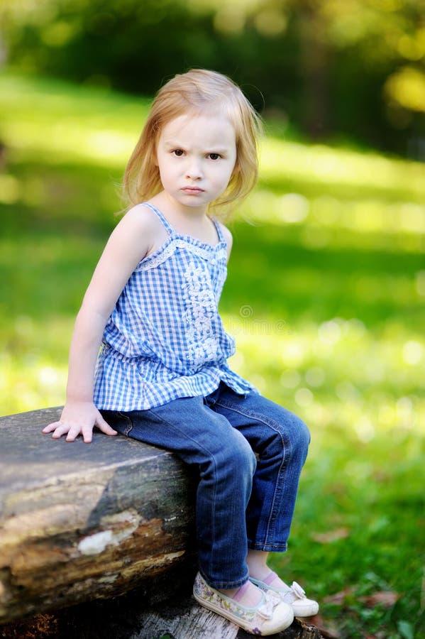Verärgertes Portrait des kleinen Mädchens stockfotografie