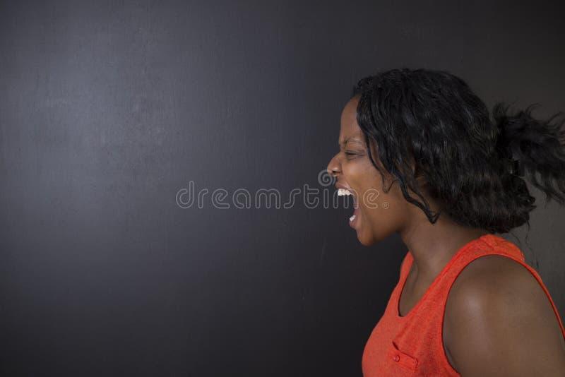 Verärgertes südafrikanisches oder Afroamerikanerlehrerinschreien lizenzfreies stockbild