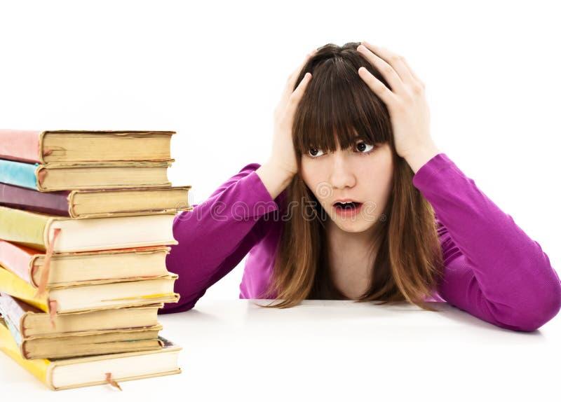 Verärgertes Schulmädchen mit Lernenschwierigkeiten stockfoto