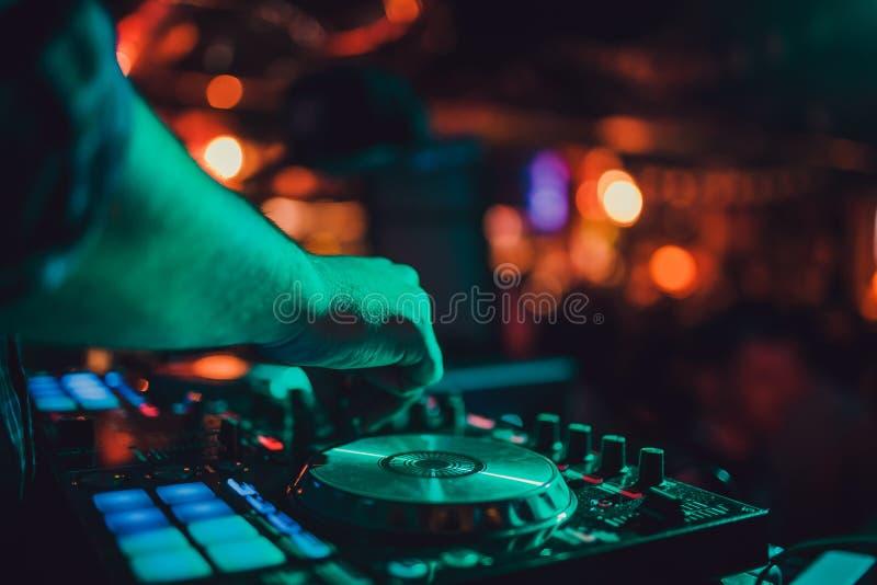 Ver DJ, draaischijven, en handen Het nachtleven bij de club, partij stock foto