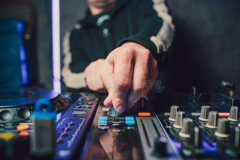 Ver DJ, draaischijven, en handen Het nachtleven bij de club, partij stock afbeelding