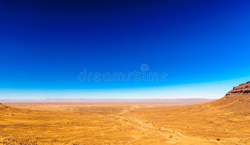 Ver droog Hammada-landschap door M ` Hamid in Marokko stock afbeeldingen