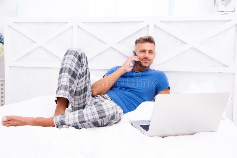 Ver het werkconcept Sociale netwerken Online wereld Mens die Internet-het werk online surfen Reeds op het werk Digitale Marketing stock foto