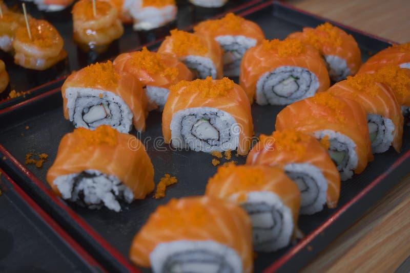 ?ver huvudet japansk sushimat Maki ands rullar med tonfisk, laxen, r?ka, krabban och avokadot Den b?sta sikten av den blandade su arkivbild