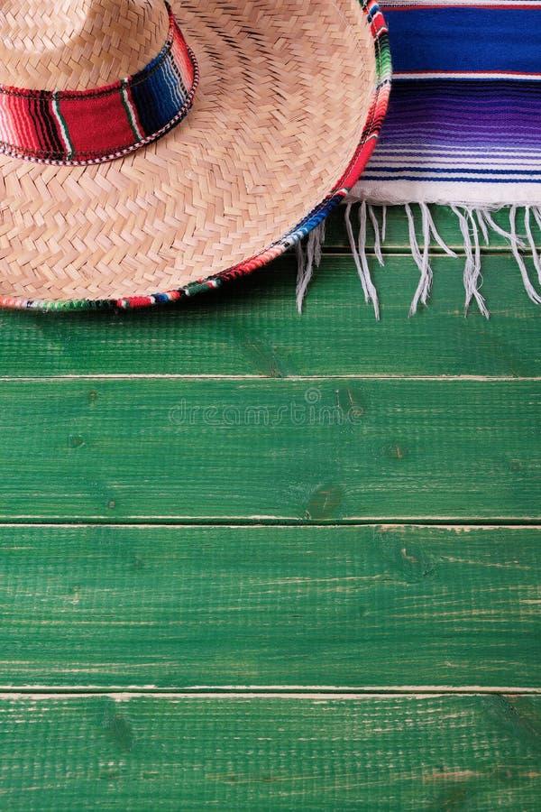 Ver mexicano do sombreiro do fundo de madeira da festa do de Mayo do cinco de México fotos de stock royalty free