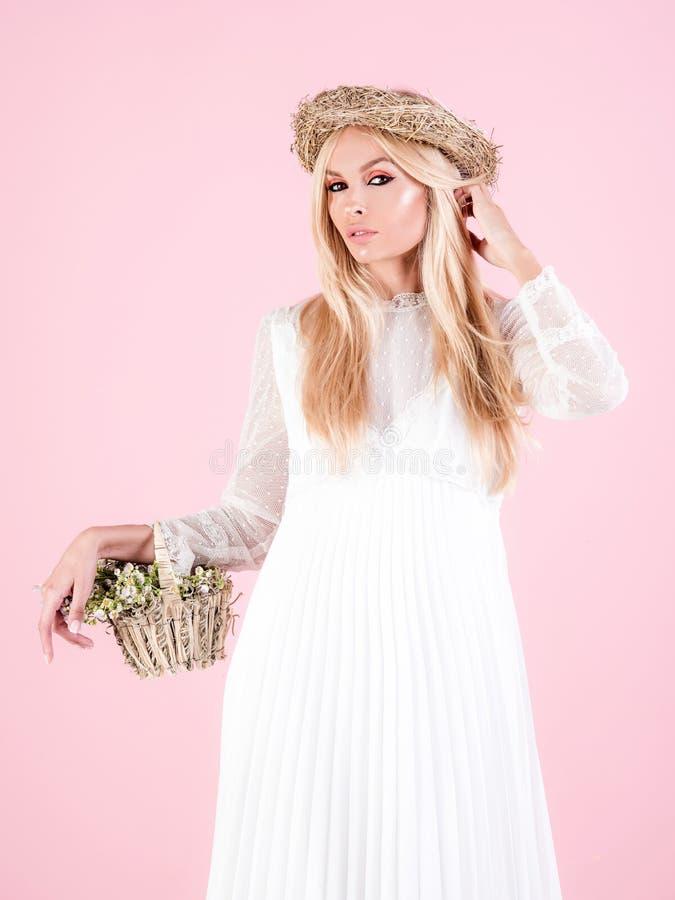 ver?o Conceito novo da noiva Menina bonita com wildflowers Mola Colheita Mulher nova bonita no vestido branco foto de stock royalty free