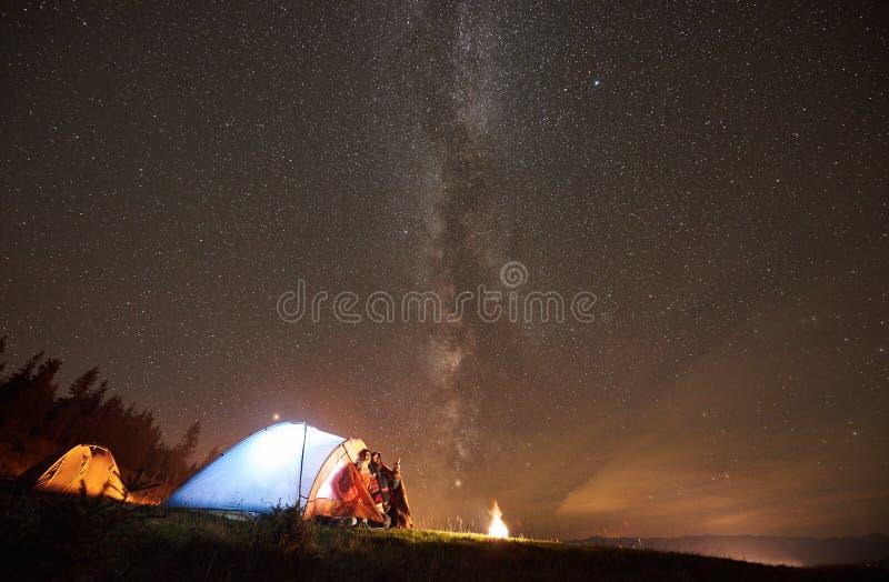 ver?o da noite que acampa nas montanhas sob o c?u estrelado da noite fotografia de stock royalty free