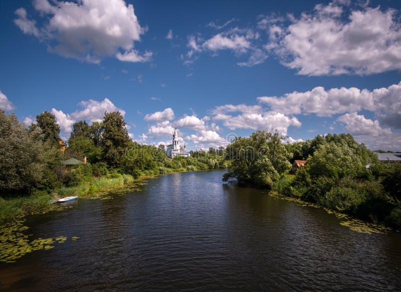 Ver?o em R?ssia Campo do russo Prov?ncia do russo Cidades do anel dourado Suzdal fotos de stock