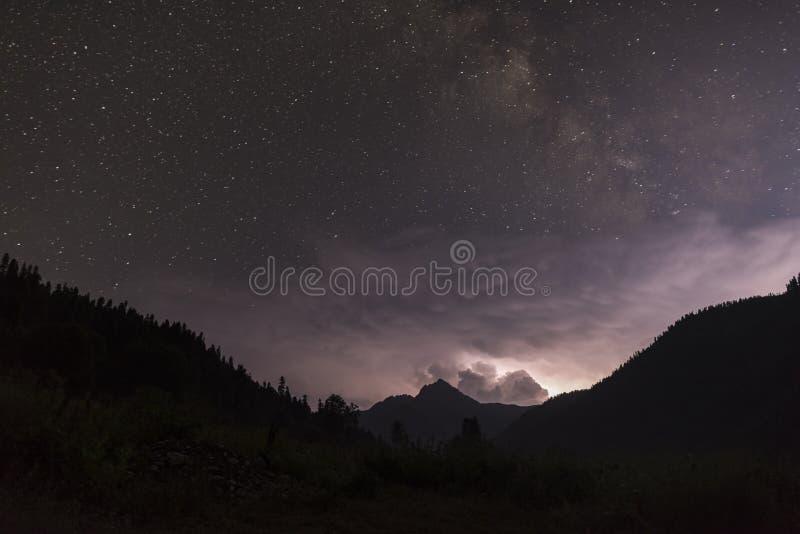 Ver onweer in de bergen stock afbeelding