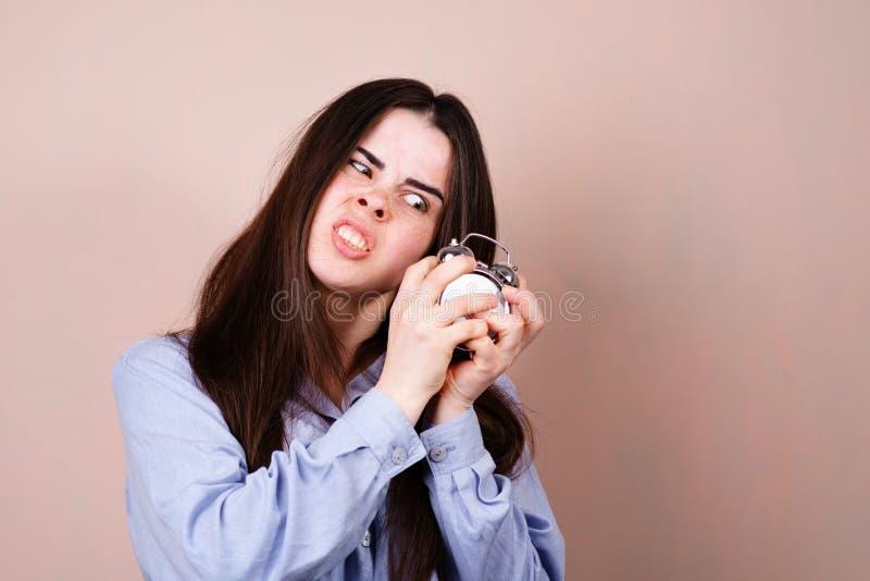 Ver?rgerte besorgte Frau mit Wecker Zeitmangel stockfoto