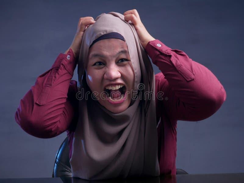 Ver?rgerte w?tende betonte moslemische Gesch?ftsfrau stockbilder