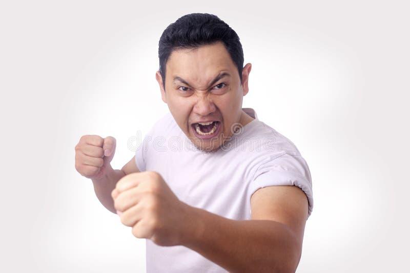 Ver?rgerter asiatischer Mann-Ausdruck bereit zu k?mpfen lizenzfreie stockfotos