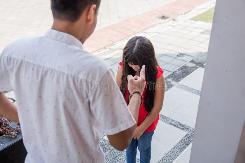 Ver?rgerter Vater, der Tochter schilt lizenzfreies stockbild