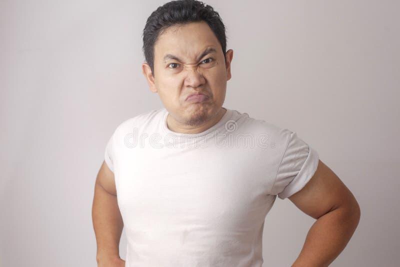 Ver?rgerter zynischer asiatischer Mann-Ausdruck stockbild