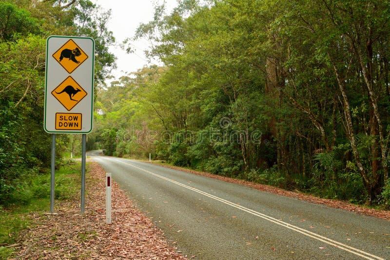 Ver*tragen verkeersteken met beelden van koala en kangoeroe royalty-vrije stock afbeelding