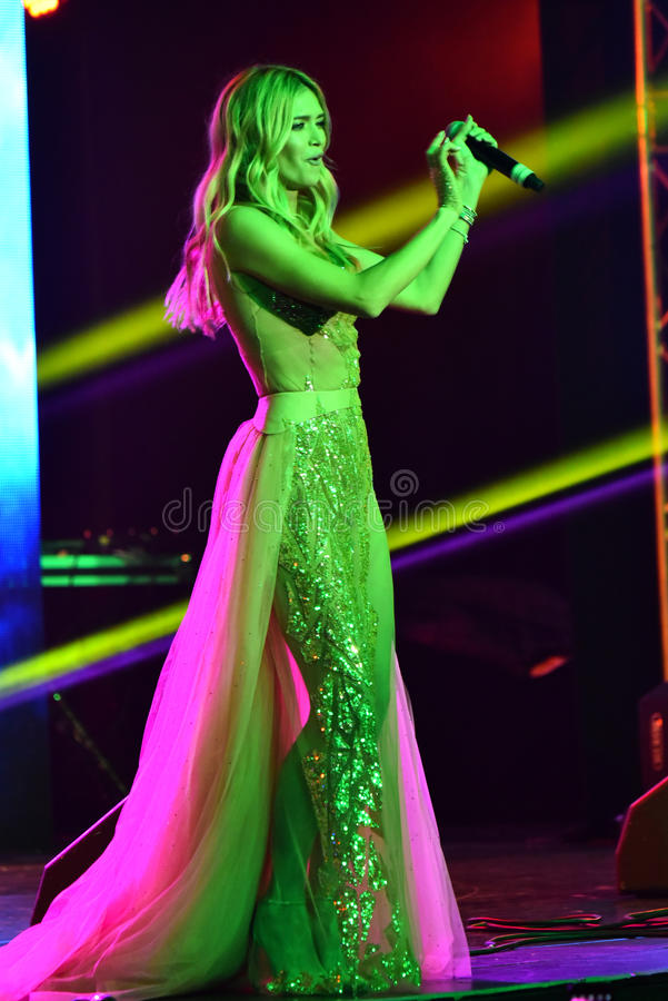 Vera Brejneva för den ryska sångaren tilldelar den acepting utmärkelsen på etapp under den stora Apple musiken konsert 2016 royaltyfria foton