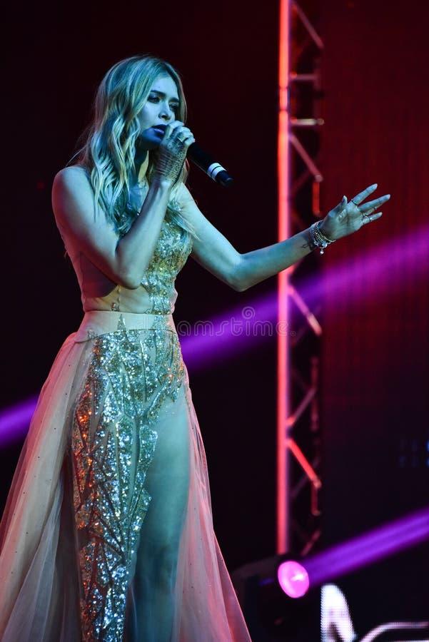 Vera Brejneva för den ryska sångaren tilldelar den acepting utmärkelsen på etapp under den stora Apple musiken konsert 2016 royaltyfri fotografi