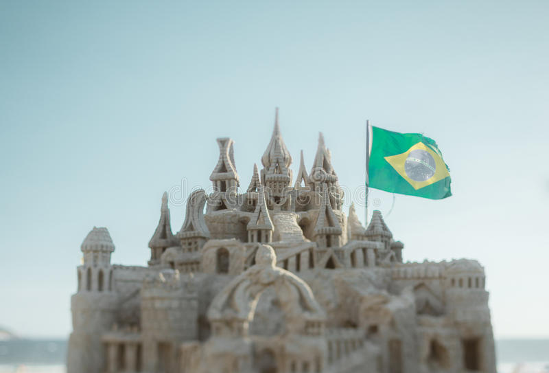 Vera fucilazione dello spostamento di inclinazione del castello della sabbia e della bandiera di Brzil immagini stock libere da diritti